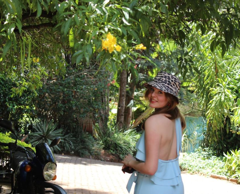 Janique kijkt achterom in de tuin