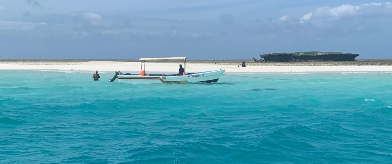 Bootje voor het strand in Diani