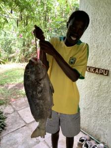 Grote vis met visser in Diani