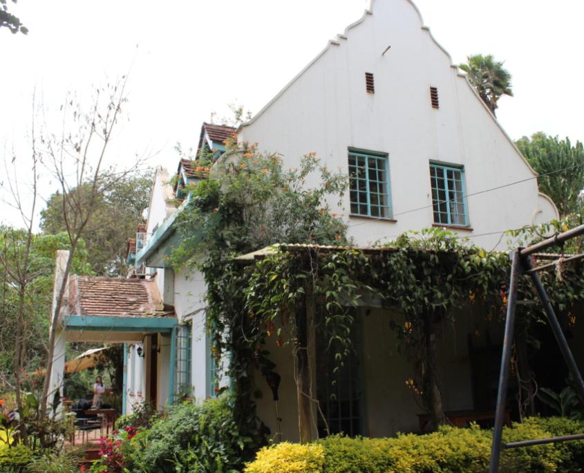 Witte villa met planten begroeid