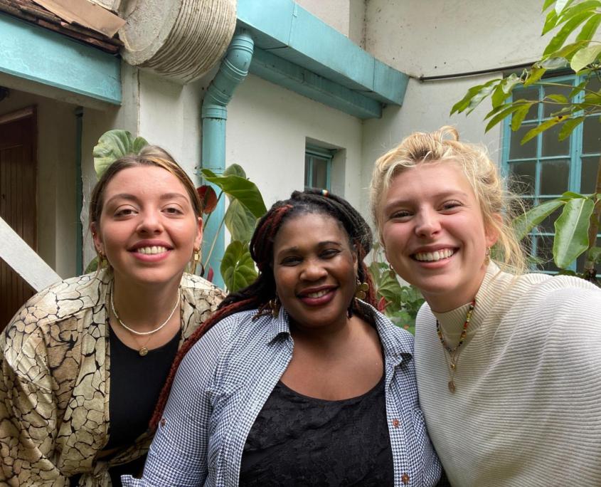 3 vrouwen die lachen