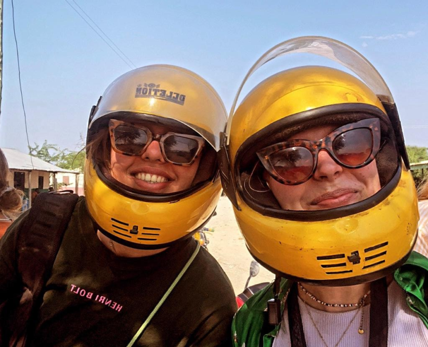 2 meisjes met zonnebril en gele helm