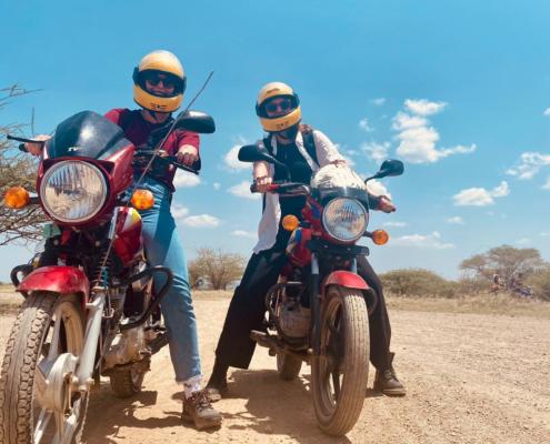 2 meisjes op motor met gele helm